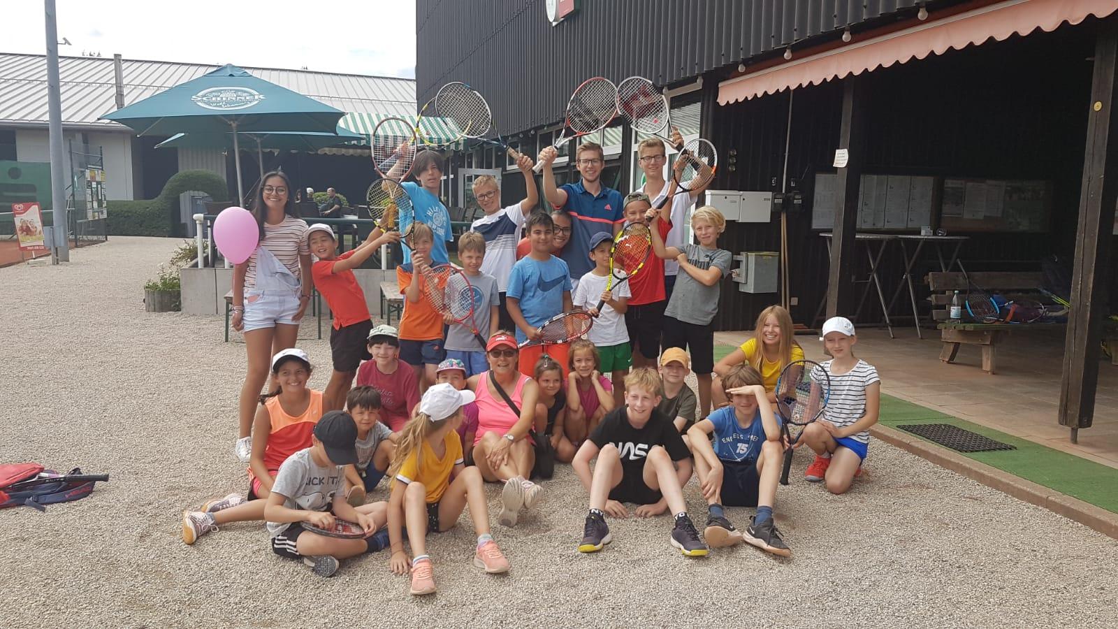 Gruppenfoto aller teilnehmenden Kindern vor dem Clubheim